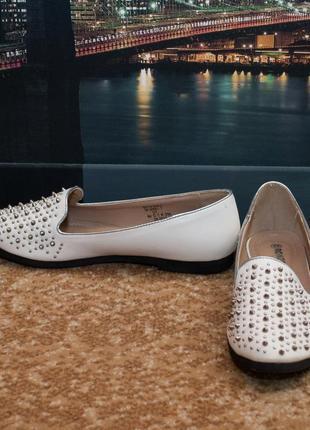 Белые лоферы мокасины туфли с шипами centro