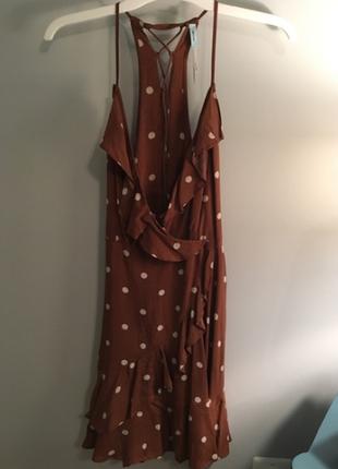 Коричневое платье с запахом и оборками в горошек4 фото