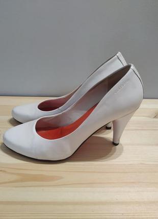 Белые кожаные туфли vagabond. оригинал. туфли лодочки на шпильке1 фото