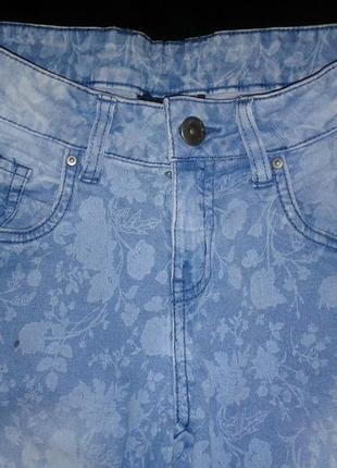 Джинсы с цветочным принтом / голубые / стрейчевые6 фото