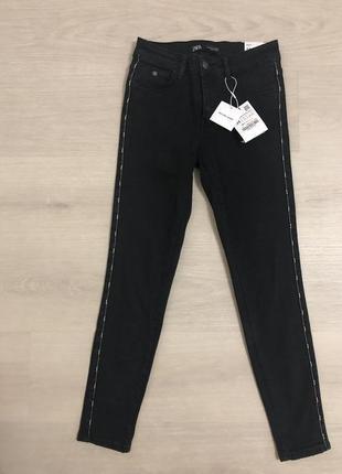 Чёрные джинсы скинни с лампасами с бусинами  zara7 фото