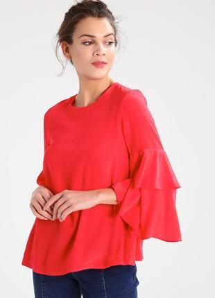 Блуза красного цвета с воланами на рукавах и красивой спинкой3 фото
