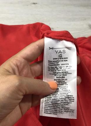 Блуза красного цвета с воланами на рукавах и красивой спинкой8 фото