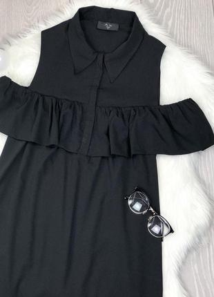 Шикарное актуальное чёрное платье-рубашка с открытыми плечами3 фото