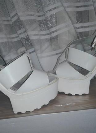 Бомбезні босоніжки білого кольору