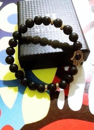 Стильный браслет с лавой черного цвета с шармом рука с глазом9 фото