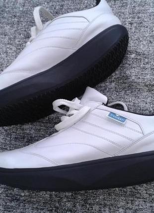 Белые кожанные  кроссики на термопластичной резине/новые/размер 40/полномерные.