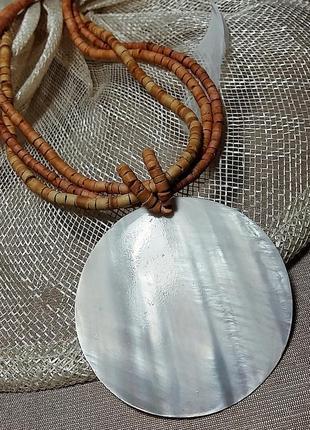 Деревянное колье с крупным медальоном