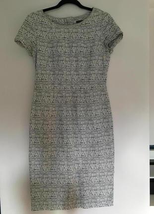 Платье футляр из плотной ткани с геометрическим рисунком