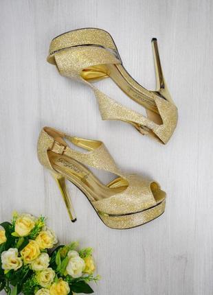 Золотистые босоножки для принцессы