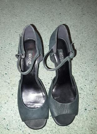 Женские открытые туфли.