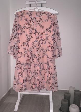 Коктейльна ніжна сукня пудрового кольору у квітковий принт