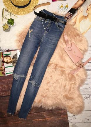 Темно-голубые джинсы с необроботанным низом и фабричними рваностями