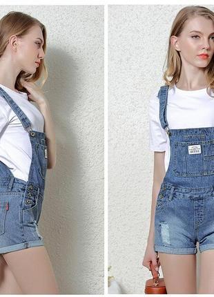 Рваный джинсовый комбинезон в стиле гранж варенка-дистресс.