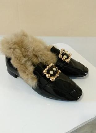 Шикарные женские меховые лоферы. женские лаковые туфли лоферы в стиле гуччи. lion.