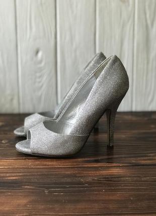Туфли с открытым носком на высоком каблуке