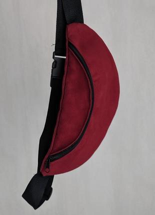 Бананка, красный приятный замш, очень стильная сумка на пояс. темно красная