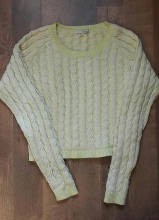 Красивый свитер и много вещей