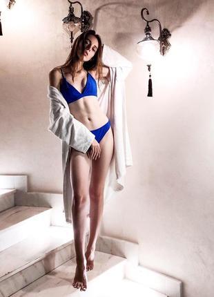 Ярко-синий купальник