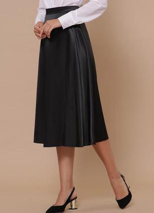 Черная атласная юбка миди