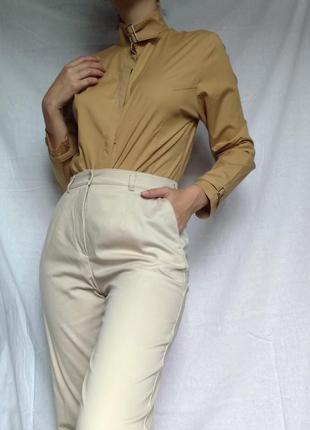 Песочная блуза оригинального фасона с воротником стойкой