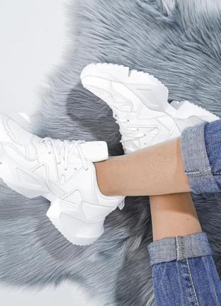 Белые кроссовки на интересной подовше