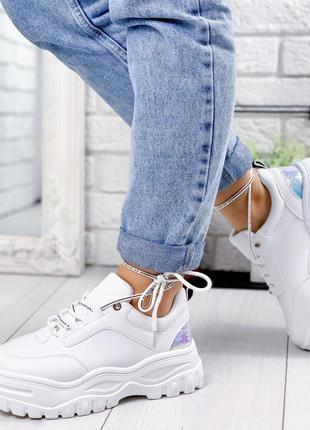 Крутые белые кроссовки на высокой подошве