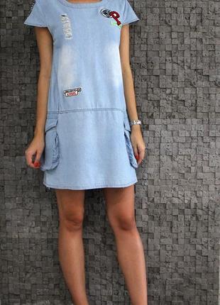 Стильное, легкое, джинсовое, рваное платье с нашивками