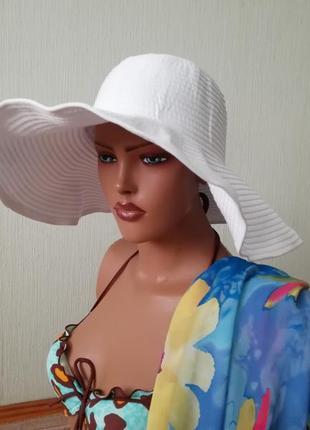 Стильная пляжная белая шляпа с моделирующими полями