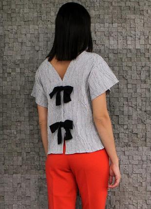 Стильная фактурная блуза с бантиками на спинке