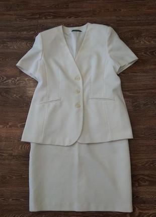 Классический летний женский костюм белый