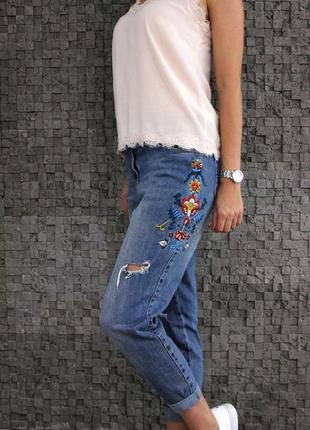 Стильные рваные джинсы с вышивкой