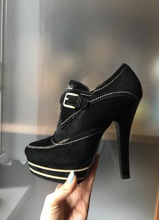 Ботинки на высоком каблуке 35р