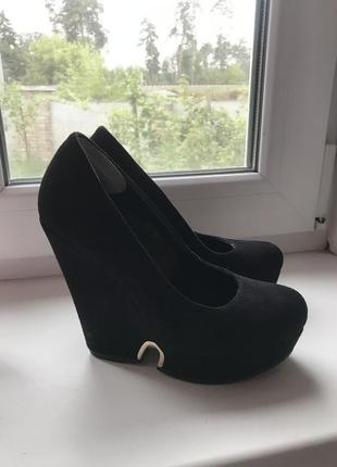 Чёрные туфли под замш на танкетке