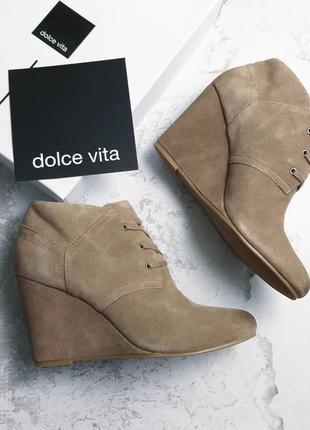 Dolce vita оригинал бежевые замшевые ботинки на танкетке