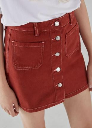 Червона джинсова міні спідниця