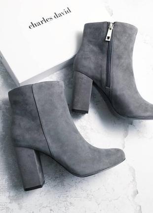 Charles david оригинал стильные серые замшевые ботильоны на широком каблуке