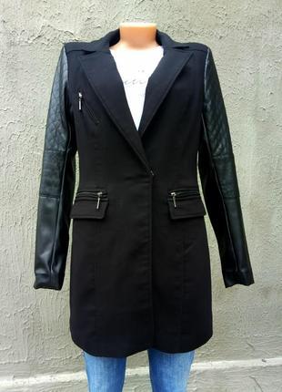 Стильное пальто с кожаными рукавами от бренда mohito