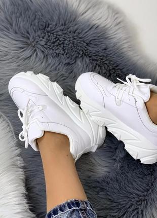 Стильные белые кроссовки на массивной подошве4 фото