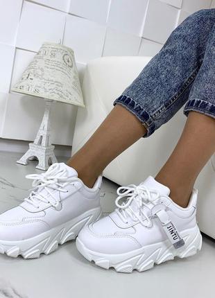 Стильные белые кроссовки на массивной подошве6 фото