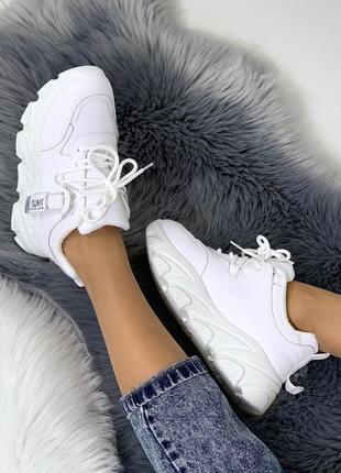 Стильные белые кроссовки на массивной подошве5 фото