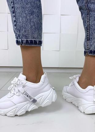 Стильные белые кроссовки на массивной подошве7 фото