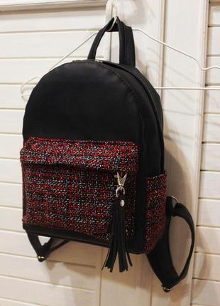 Чёрный рюкзак с кисточкой