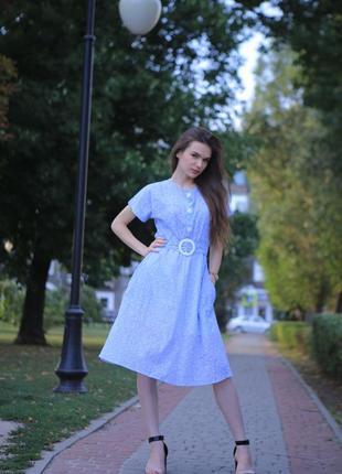 Голубое платье с пуговицами