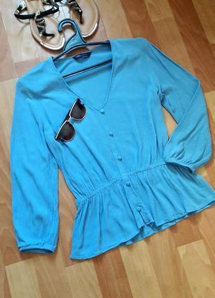 Ніжна блакитна блуза з баскою