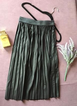 Актуальная плиссерованная  юбка с имитацией легкого кож зама