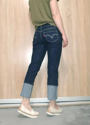 Крутые прямые ровные джинсы темно-синего цвета с белой ниткой  levis 5245 фото
