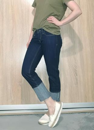 Крутые прямые ровные джинсы темно-синего цвета с белой ниткой  levis 5244 фото