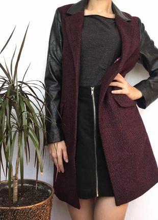 Бордовое пальто с кожаными рукавами