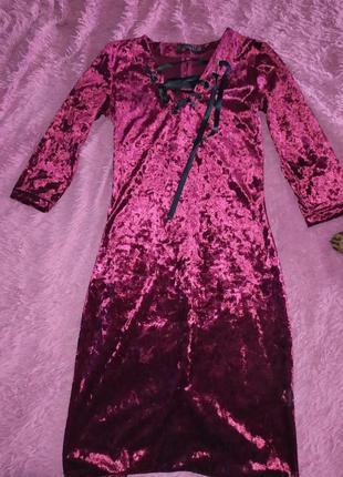 Бордовое платье с крутым вырезом